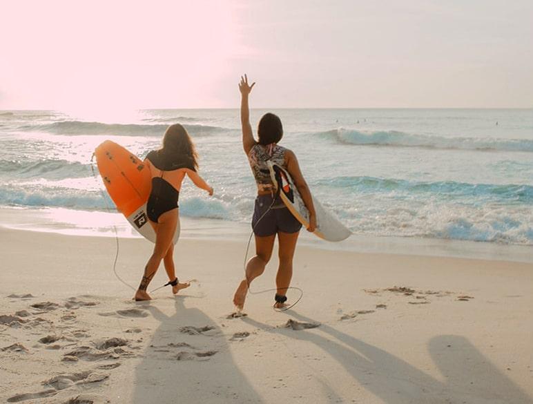 Surfeuses sur une plage des Landes