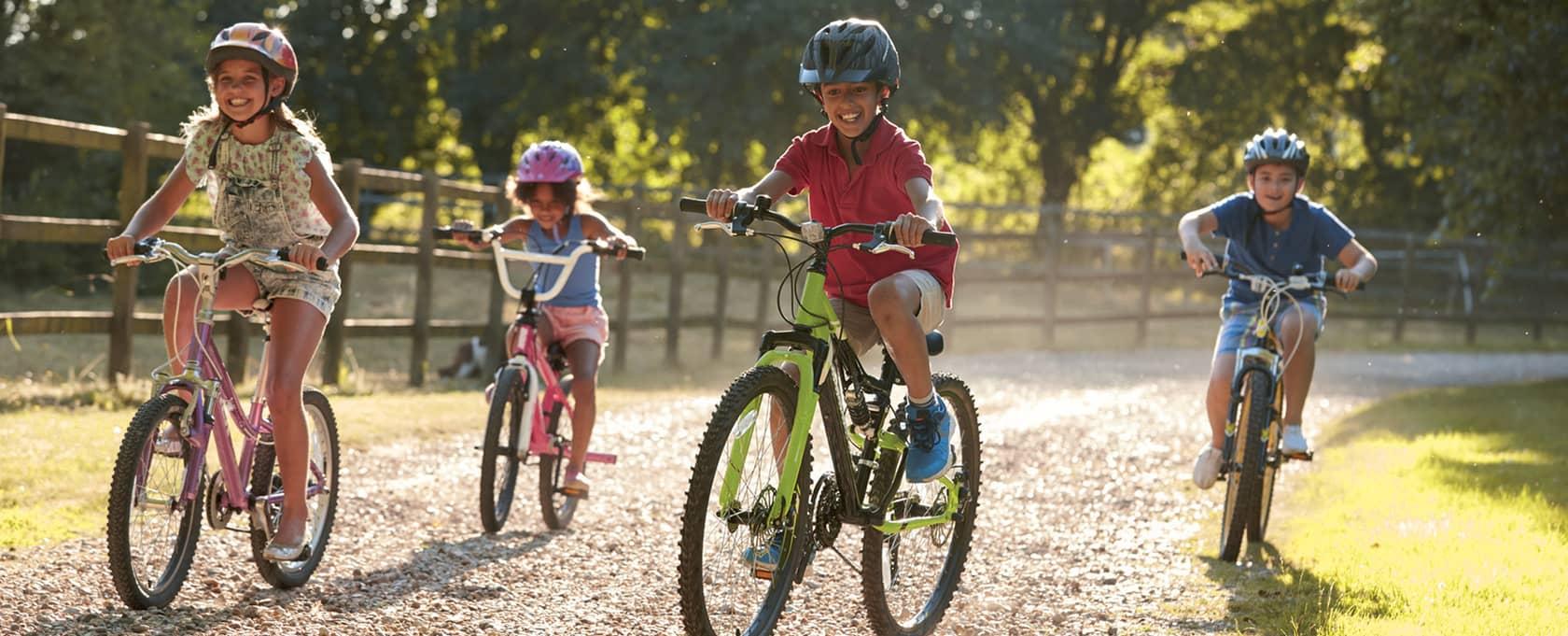 4 enfants font du vélo dans les landes
