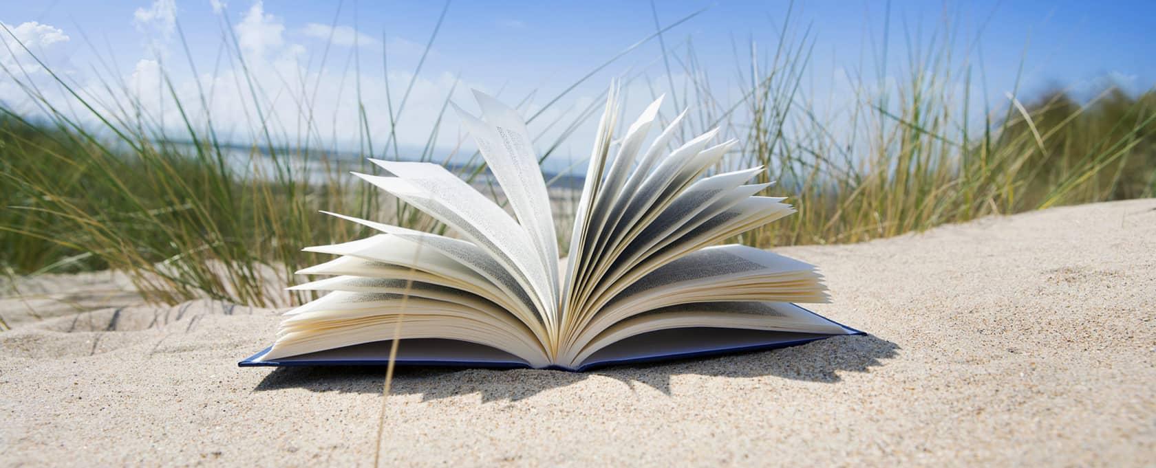 Un livre posé sur une plage dans les Landes