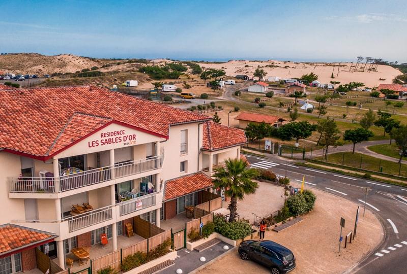 Vue drone de la façade de la résidence Les sables d'or et des dunes