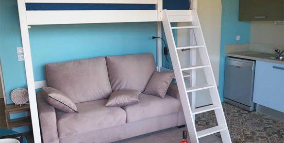 Canapé et lit sur mezzanine du studio résidence les sables d'or