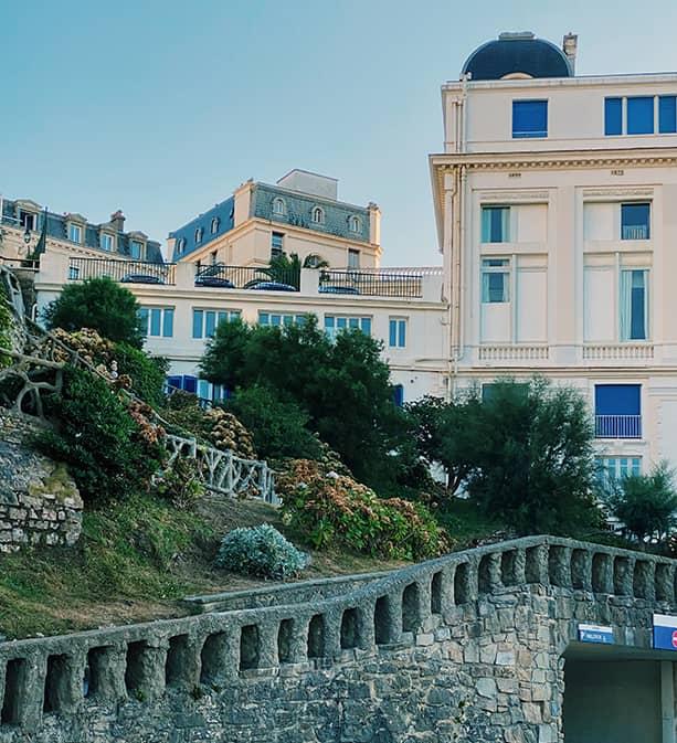 Chemin arboré au bord de l'océan à Biarritz