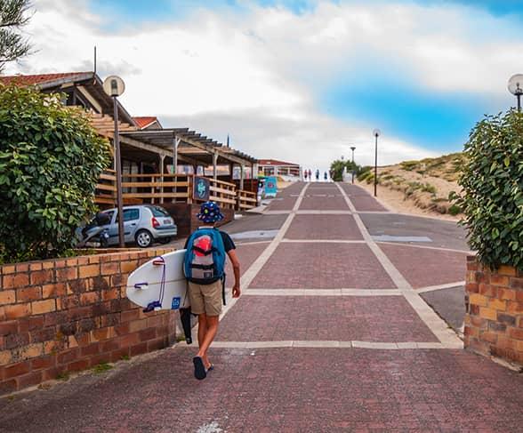 Un enfant surfer près de la résidence Lagocéan