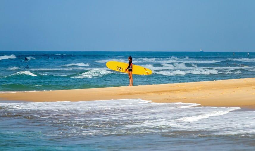 Plage d'Hossegor avec une surfeuse