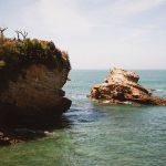Rochers dans l'océan à Biarritz