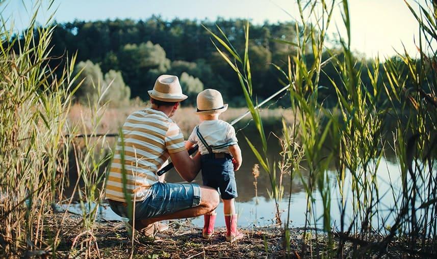 Un père et son fils en location de vacances dans les landes