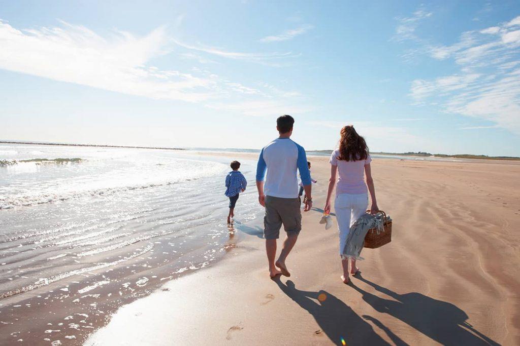 Une famille sur la plage en mai