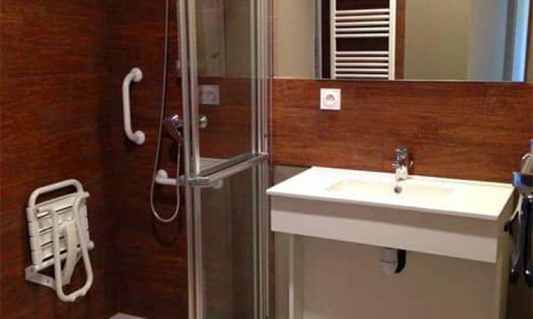 Salle de douche studio PMR résidence les sables d'or
